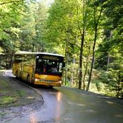 Ein Postauto unterwegs von Giswil auf die Mörlialp. (Bild: Nadia Schärli, Giswil, 16. Juli 2010)