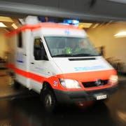 Ein Ambulanzwagen vom Spital Sursee fährt am 28. März 2009 aus der Garage.Ambulanz, Rettungswagen, Krankenwagen