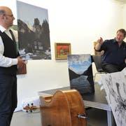 Buchvernissage mit Autor Hanspeter Müller-Drossaart (rechts) und Musiker Peter Gisler in Altdorf. (Bild: Urs Hanhart, Altdorf, 18. Mai 2018)