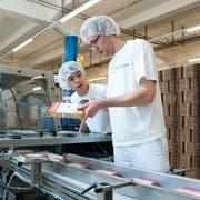 Mitarbeiter der Hochdorf-Gruppe beim Abpacken eines Produktes für den chinesischen Markt. (Archivbild: Dominik Wunderli, 10. April 2012)