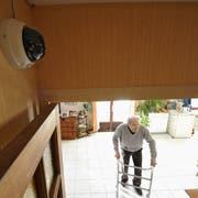 Eine Kamera filmt den Wohnbereich eines älteren Mannes. Der Zuschauer kann bei einem Notfall schnell einen Alarm auslösen. (Bild: Patrick Allard/Realaif)