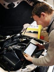 Ein Kontrolleur des VSZ bei der Prüfung eines Fahrzeuges. (Archivbild: Corinne Glanzmann)