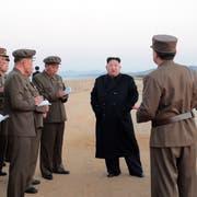 Nordkoreas Machthaber Kim Jong Un (Mitte) bei einer Inspektion des militärischen Testgebiets. (Bild: EPA/KCNA (16. November 2018))