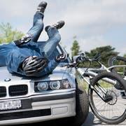 Ein typischer Unfall: Ein Autofahrer kollidiert beim Abbiegen mit einem E-Bike. (Symbolbild: Jean-Christophe Bott/Keystone)