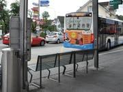 Auf dieser Bank an der Bushaltestelle an der Stossstrasse in Altstätten nächtigte ein 40-Jähriger für mehrere Tage. (Bild: Andrea C. Plüss)