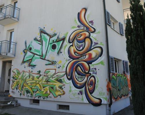 Graffiti verzieren auch die Aussenfassade des Gebäudes. (Bild: Philipp Unterschütz (Stans, 28. September 2018))