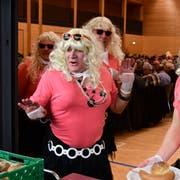 Frauen dürfen am traditionellen Bürgertrunk am Hiläri dann doch nicht fehlen – auch wenn es nur verkleidete Männer sind, die Salziss und Brot servieren. (Bild: Werner Lenzin, 13. Januar 2018)