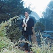 Der Produktionsleiter der Karl May Freilichtspiele und Hauptdarsteller Tom Volkers zu Hause in seinem Garten in Giswil. (Bild: Philipp Unterschütz, 18. Dezember 2018)