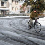 Um die Kurve mit dem Velo kann auf Weinfeldens Strassen gefährlich sein. Der Winterdienst salzt nur die Hauptstrassen. (Bild: Sabrina Bächi)