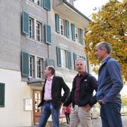 Augenschein vor dem Wohnhaus Mettenweg: Gemeinderäte Martin Mathis, Markus Elsener und Heimleiter Markus Kayser (von links). (Bild: Matthias Piazza (Stans, 12. November 2018))