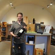 Simon Müller führt Steiner Weine im bewährten Stil weiter, nur langsam passt er das Sortiment in der Weinhandlung an. (Bild: Sabine Camedda)