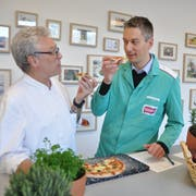 Lukas Schneider (rechts) testet mit seinem Kollegen Mani Kohlen eine Fertigpizza, dikskutiert und dokumentiert. (Bild: Ursula Wegstein)