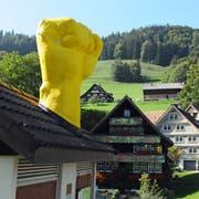 Das Künstlerduo Müller Tauscher setzt das Kunstwerk «Kraftort» auf die Trafostation. (Bild: Michael Hug (Krinau, 8.9.2018))