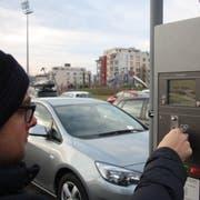 Geht es nach der SVP, sollen sich Autofahrer das Füttern der Parkuhr bald sparen können, sofern sie nicht länger als 30 Minuten bleiben. (Bild: Archiv)
