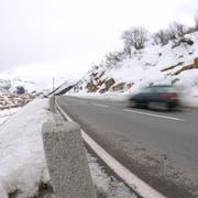 Die Kantonsstrasse zwischen Hospental und Zumdorf. (Bild: Urs Hanhart, 11. Januar 2011)