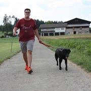 Hier ist es passiert: Boris Zaalberg mit Labrador Chuck beim Spazieren in der Sömmeri. (Bild: Simon Dudle)