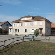 Dieses Gebäude der ehemaligen Käserei Obere Hütte weicht für ein Neubauprojekt mit Alterswohnungen. Das Haus in Niederwil wird für 1,2 Millionen Franken an die Wissmann Immobilien AG verkauft. (Bild: Andrea Häusler)