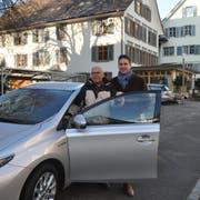 Walter Reinhart und Reto Marty freuen sich über das neue Dienstfahrzeug mit Hybridantrieb. (Bild: Sabrina Bächi)
