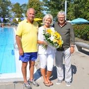 Blumen für Marianne König von Chefbademeister Dominique Assire und Jürg Schlatter, dem Präsidenten der Genossenschaft Schwimmbad Hörnli. (Bild: Annika Wepfer)