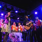Stimme in Stimme: Die Ennetbüeler Jodler und die Irish-Folk-Band Pigeons on the Gate sorgten für einen erfrischenden Mix. (Bild: Michael Hug)