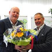 Der abtretende Gemeindepräsident Othmar Schmid übergibt seinem Nachfolger Thomas Ochs (links) die Blumen. (Bild: Sabrina Bächi)