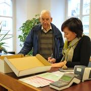 Peter Zwicky reicht die Unterschriften für sein Referendum gegen das Finanzhaushaltsgesetz ein. Landschreiberin Nicole Frunz nimmt sie auf der Staatskanzlei entgegen. (Bild: Philipp Unterschütz, Sarnen, 21. Januar 2019)