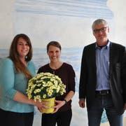 Zwei neue Mitglieder in der Primarschulbehörde: Barbara Kasper-Gencoglu und Cathrine Schweiwiller-Beerli mit Präsident Thomas Wieland. (Bild: Sabrina Bächi)