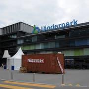 Auf dem Vorplatz des Migros-Länderpark Stans verkauft die Apotheke Drogerie Durrer und Näpflin Feuerwerk. (Bild: Philipp Unterschütz, Stans, 29. Juli 2019)