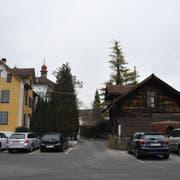 Parkplätze des Kantons wie hier in der Nähe des Rathauses sollen künftig bewirtschaftet werden. Die hohen Tarife geben zu reden. (Bild: Philipp Unterschütz, Sarnen, 7. Februar 2018)