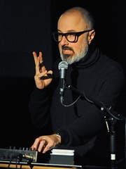 Reeto von Gunten erzählte am Samstagabend im Chössi-Theater aus seinen «Demo Papes».Bild: Michael Hug