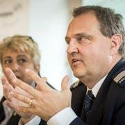 Regierungsrätin Cornelia Komposch und Polizeikommandant Jürg Zingg stellen die Pläne zur Personalaufstockung vor. (Bild: Reto Martin)