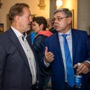 Albert Vitali (FDP, links) im Gespräch mit Franz Grüter (SVP) im Luzerner Regierungsgebäude. Beide wurden als Nationalräte wiedergewählt. Bei Grüter ist offen, ob er zum zweiten Wahlgang der Ständeratswahlen antritt. (Bild: Philipp Schmidli, 20. Oktober 2019)