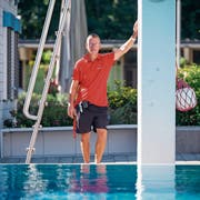Thomas Kroll steht viele Stunden an der prallen Sonne und achtet auf die Sicherheit der Gäste. (Bild: Beat Belser