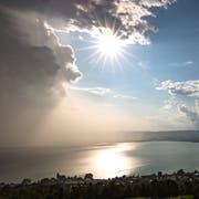 Sonnenschein und Regenwolken über dem Zugersee. (Bild: Daniel Hegglin)