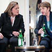Die CVP-Bundesratskandidaten Heidi Z'graggen (links) und Viola Amherd anlässlich des Podiums am Mittwochabend in Bern. (KEYSTONE/Peter Schneider)