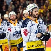 Zugs Spieler mit Raphael Diaz (rechts) sind enttäuscht nach dem fünften Eishockey Playoff-Finalspiel der National League. (Bild: KEYSTONE/Alexandra Wey, 20. April 2019, Bern)
