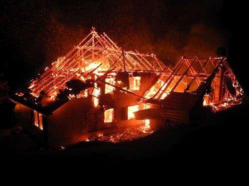 Siebnen - 17. NovemberIn der Region Schwendenen ist ein leerstehendes, ehemaliges Wohnhaus abgebrannt. Verletzt wurde niemand. Die Feuerwehr konnte ein Übergreifen auf weitere Gebäude verhindern. (Bild: Kantonspolizei Schwyz)