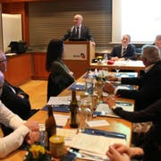 Walter Locher (am Rednerpult), Präsident des kantonalen HEV, berichtet von bereits durchgeführten Fusionen. (Bilder: Tobias Söldi)