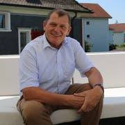 Felix Bischofberger ist in Altenrhein aufgewachsen. Auf der Terrasse über der Postagentur spricht er über Baustellen und Konkurrenten aus den eigenen Reihen. (Bild: Jolanda Riedener)