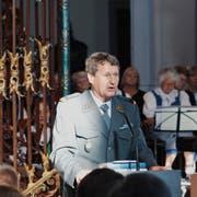 Armeeseelsorger Kurt Liengme führt durch den ökumenischen Gottesdienst in der Fischinger Klosterkirche. (Bild: Flavio Di Nicola)