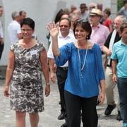 Bundesrätin Doris Leuthard (rechts) und die Obwaldner Regierungsrätin Maya Büchi-Kaiser beim Eintreffen auf dem Sarner Dorfplatz.(Bild: Roger Zbinden, 7. Juli 2017)
