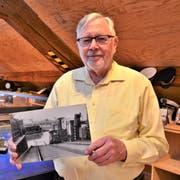 Max Brunner mit einer Aufnahme von 1930. Sie zeigt, wie mit Zucker beladene Güterwagen ins Hafenbecken Romanshorn geplumpst sind. (Bild: Max Eichenberger)