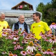 Die Landwirte Martin Theiler (rechts) und Alois Theiler (links) mit Bundesrat Johann Schneider-Ammann im Kräutergarten auf dem Kräuterhof in Hergiswil bei Willisau. (Bild: Philipp Schmidli, 1. August 2018)