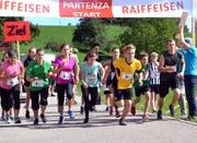 Massenstart zur Rundumstafette: Plausch-Mixed, Herren und Frauen. (Bild: Peter Jenni)