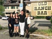 Erinnerungsbild vor dem Lokal: Die beiden Service-Angestellten Ramona und Claudia, Hausbesitzer Christoph Kretz und Geschäftsführerin Vreni Räbsamen. (Bild: Urs Nobel)