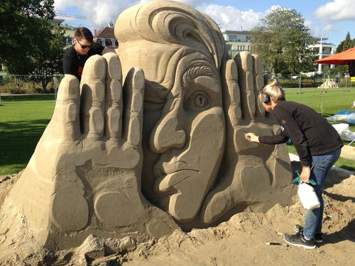 Auf der Suche nach der Zukunft («Where are you, future?») ist die Skulptur von Sanita Ravina (Litauen) und Ivan Savenkov (Russland).