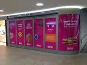 Bereits ist sichtbar, was für ein neues Geschäft in der Rathaus-Unterführung am Hauptbahnhof betrieben wird. «Dunkin' Donuts» eröffnet am 9. September neben dem Aufgang zum Perron 2/3. (Bild: Reto Voneschen - 16. August 2019)