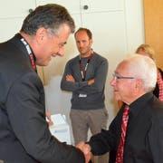 OSEW-Präsident Kurt Baumann dankte Vorstandsmitglied André Schmid für dessen unermüdlichen Einsatz. (Bild: Christoph Heer)