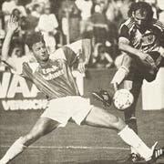 Thomas Lips im ersten seiner insgesamt 22 Einsätze für den FC St.Gallen. Im Heimspiel gegen den FC Aarau duelliert sich der damals 24-Jährige mit Uwe Wassmer. (Bild: Ralph Ribi/8. August 1992)