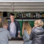 Noch herrscht kein Hochbetrieb: Max Sturm (20) nimmt an der Buvette im Inselipark Bestellungen entgegen. (Bild: Pius Amrein, Luzern, 1. April 2019)